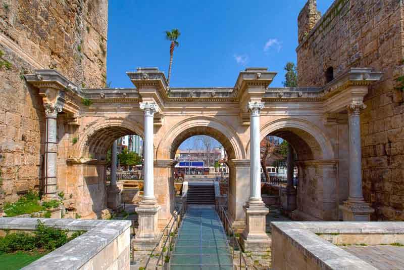 Ворота Адриана в старом городе