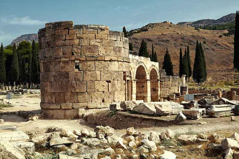 Руины древнего города на холме Памуккале