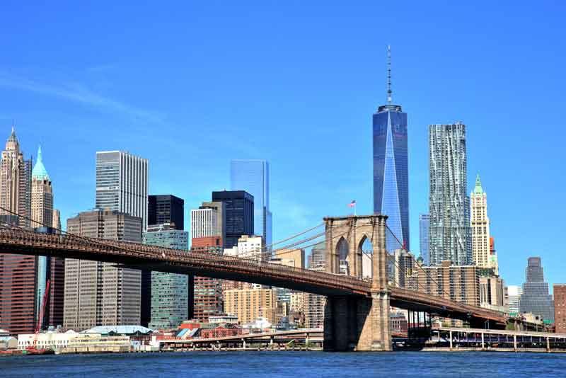 Вид на город с небоскребами и Бруклинским мостом